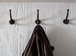 Garderobe – Lärche mal anders: gebürstet und weiß lackiert